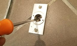 Screw driver pushing in lock lever